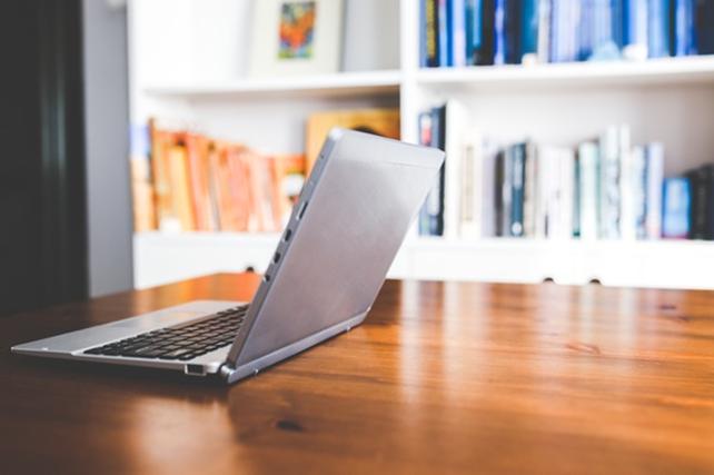 billede af en laptop på et bord